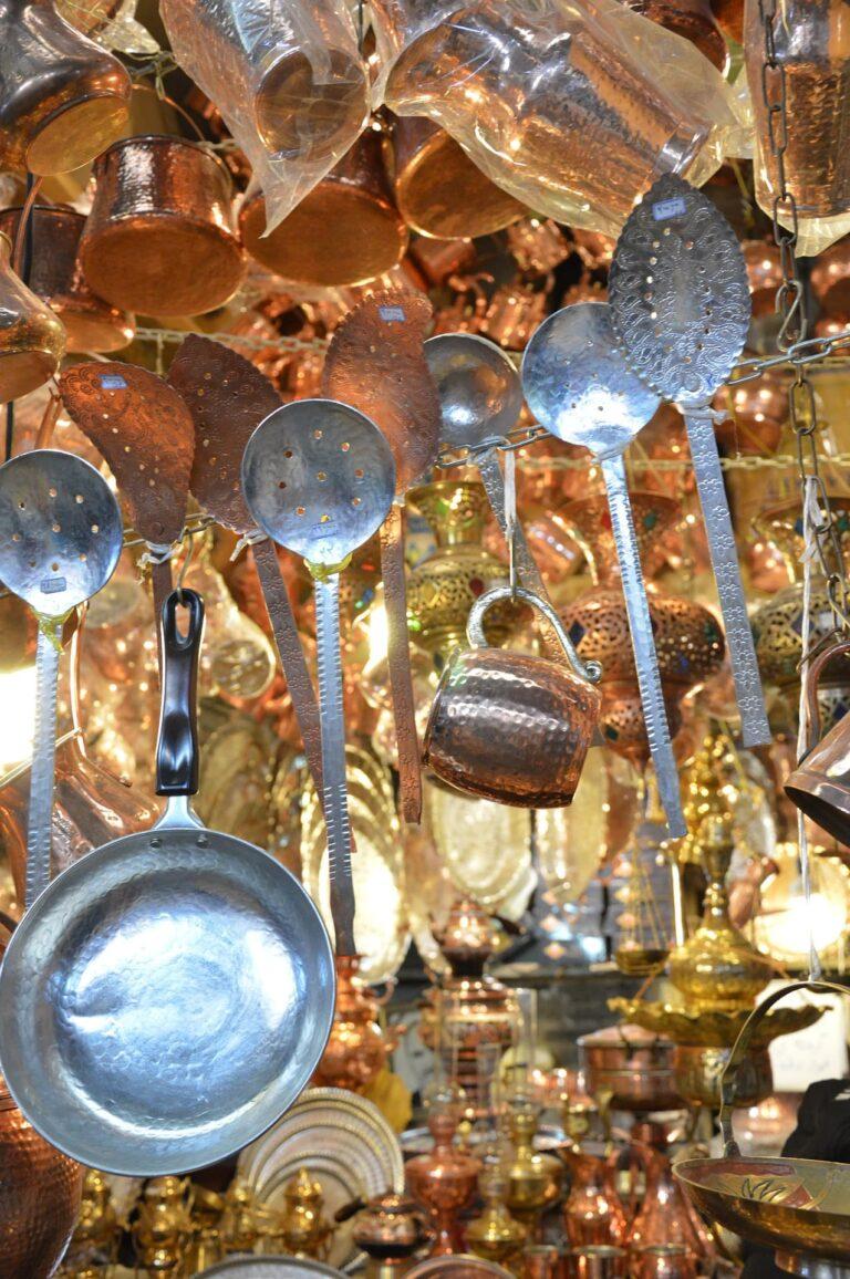 Basarstand, gefüllt mit buntem Kupfer-, Stahl- und Messinggeschirrr